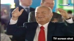 Каримов танцует на праздновании Дня независимости Узбекистана.