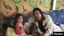 Müəmmər Qəddafi Tripolidə nəvəsi ilə birlikdə, 2005