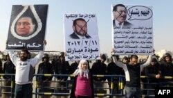 Люди перед полицейской академией требуют наказать бывшего президента Египта Хосни Мубарака. Каир, 2 января 2012 года.