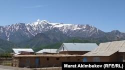Карамык айылы Кыргызстан менен Тажикстандын чек арасында жайгашкан. Талаштуу Унжу-Булак тилкеси Карамык айылынын жогору жагында. 5-июнь, 2021-жыл.