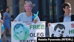 Активіст у Берліні в масці Дональда Трампа серед учасників акції на підтримку Олега Сенцова