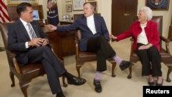 Митт Ромни беседует с бывшим президентом США Джорджем Бушем-старшим и его женой Барбарой. Хьюстон, 29 марта 2012 года.