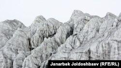 Кумтөр алтын кени деңиз деңгээлинен 4000 метр бийиктикте жайгашкан.