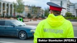 Милиционеры в Бишкеке во время действия режима ЧП. Иллюстративное фото.