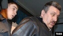 Приговоренный к двум годам лишения свободы старший дежурный по смене отдела милиции при ОВД Пресненского района Иосиф Смерек (справа) в зале суда