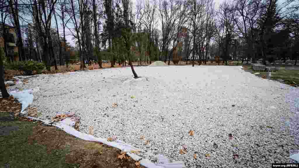 Зеленую лужайку, вероятно, тоже зальют бетоном