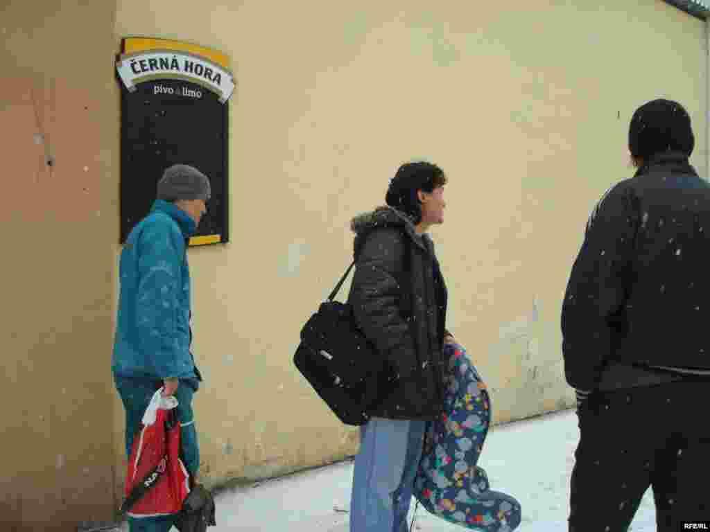 Казахские беженцы провожают семью Нургалиевых, которые добровольно едут в лагерь беженцев, чтобы избежать депортацию. - Казахские беженцы стоят перед общежитием, где они нашли приют. Брно, 1 февраля 2009 года.
