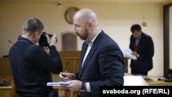 Юрась Карманаў (у цэнтры) на папярэднім паседжаньні суду