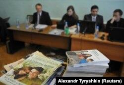 Заседание суда и книги Свидетелей Иеговы