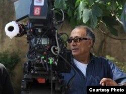 """Abbas Kiarostami """"Təsdiqlənmiş surət"""" filminin (2010) çəkilişində"""