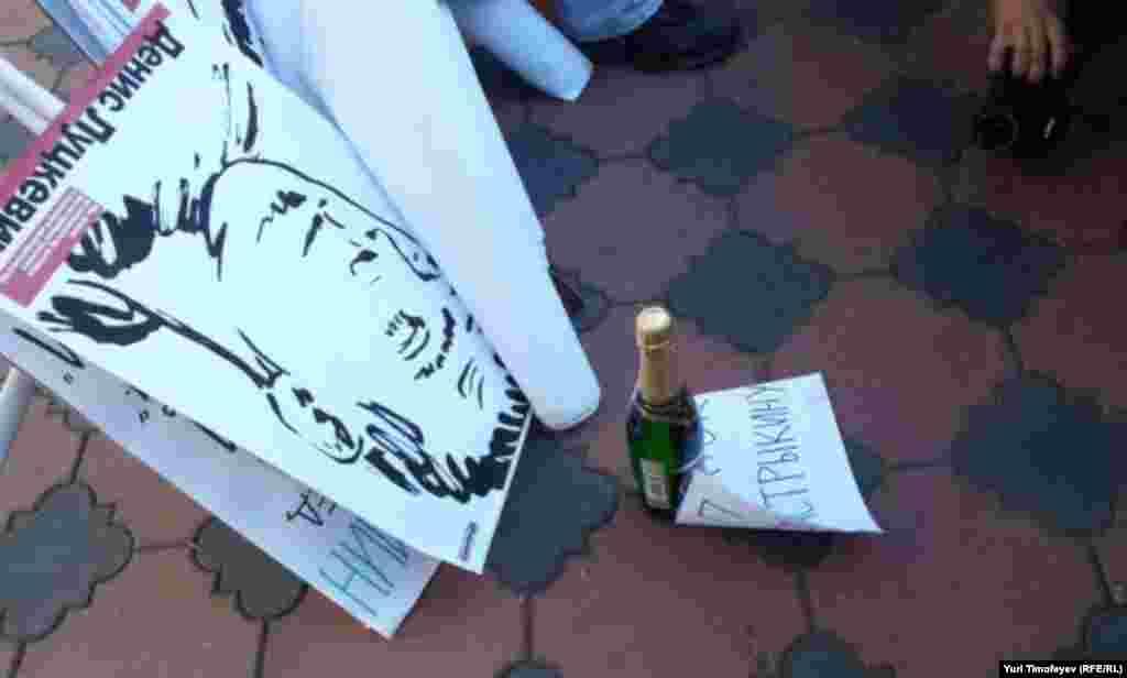 Плакаты с узниками 6мая на Оккупайск принесли, но поднимать не решаются. Желания винтиться нет.