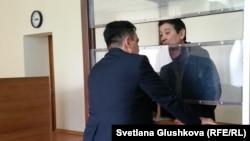 Әмин Елеусінов пен адвокаты Төлеген Шайықов. Астана , 15 мамыр 2017 жыл.