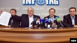 """Оппозициялық партиялар жетекшілері """"Еуропалық интеграция үшін"""" одағын құрып жатқандарын жариялауда. Чисинау, 8 тамыз, 2009 жыл."""