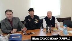 Слева направо: Ислам Сайдаев, помощник председателя Общественной палаты Чечни, ветеран войны в Афганистане Амрадди Керимов, заместитель секретаря Общественной палаты Абхазии Данил Убирия