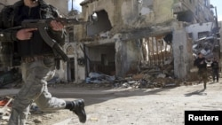 Бойцы свободной армии Сирии во время боя в пригороде Дамаска, 20 января 2013 года.
