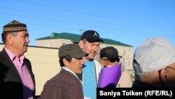 Гражданский активист Талгат Аян (в центре) вернулся в родной город после выхода из колонии в городе Актобе. Атырау, 29 апреля 2018 года.