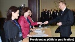 Prezident İlham Əliyev parlament seçkisində səsverməyə gələrkən. 1 noyabr 2015
