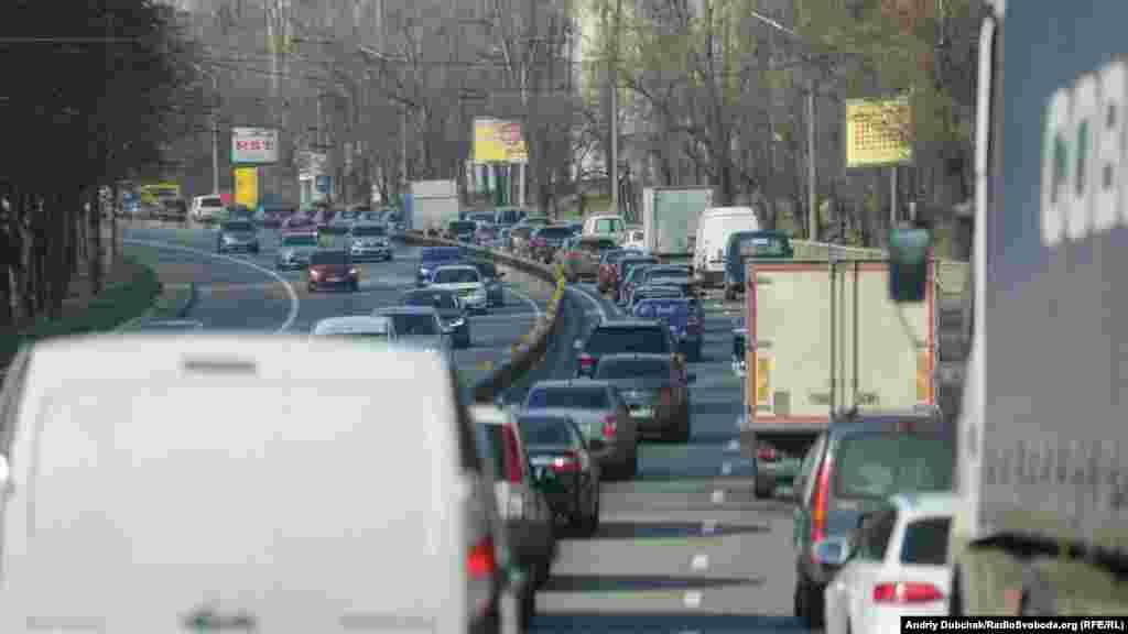 Автомобільний трафік у місті знизився, але місцями на дорогах траплялися«тягнучки»