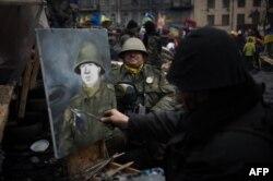 Художник рисует портрет антиправительственного демонстранта в военной форме. Киев, 16 февраля 2014 года.