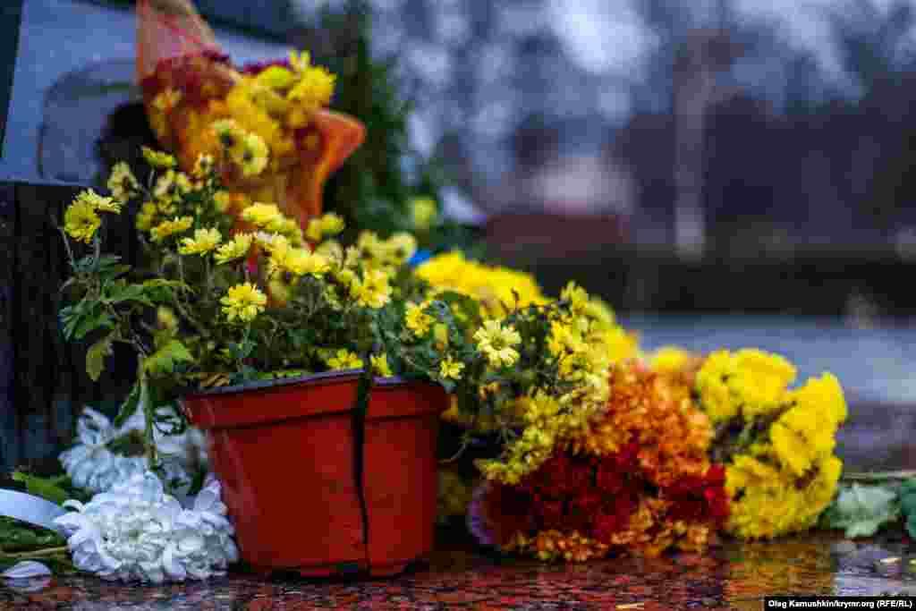 Надвечір люди повернули залишилися квіти до пам'ятника