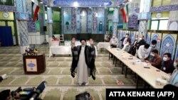 Иранның келесі президенті болады делінген 60 жастағы Эбрахим Раиси дауыс бергеннен кейін ақпарат құралдарына қол бұлғап тұр. Тегеран, 18 маусым 2021 жыл.