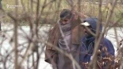 Migranti u Blažuju igraju kriket, radnici rade na objektima u kampu