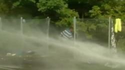 Венгерские полицейские применили водометы против мигрантов на границе с Сербией