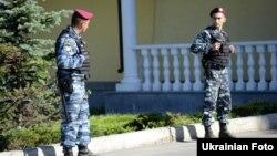 Бійці спецпідрозділу міліції біля резиденції Віктора Януковича, червень 2011 року