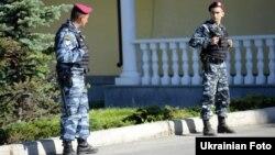 Бійці спецпідрозділу міліції біля резиденції Віктора Януковича