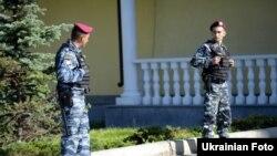 Бійці спецпідрозділу міліції біля резиденції Президента Віктора Януковича, червень 2011 року