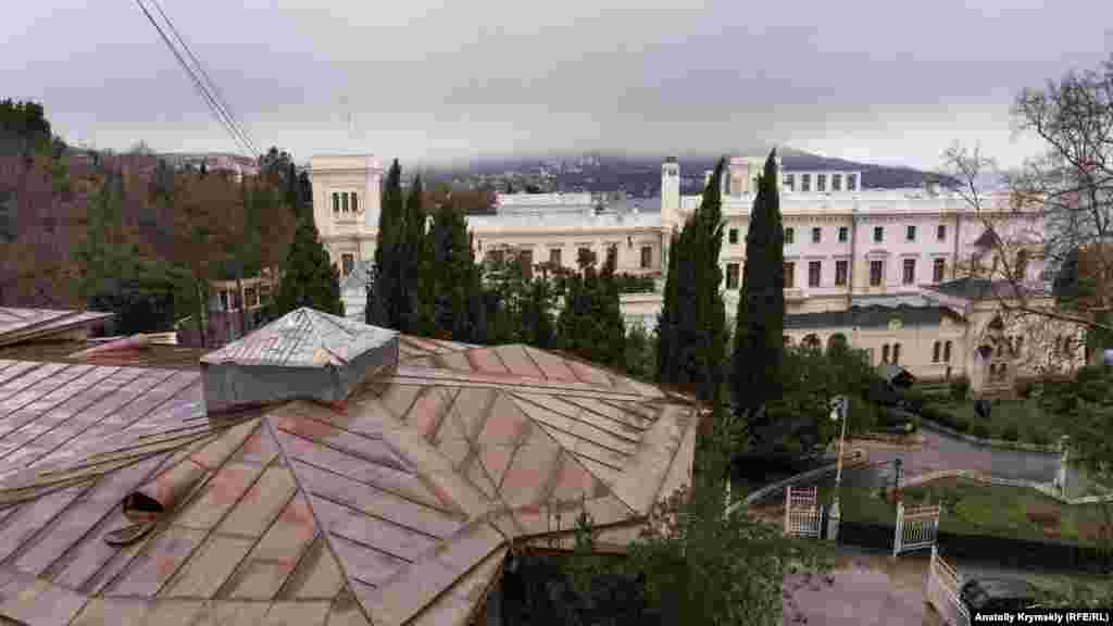 Вид на Ливадийский дворец с балкона санатория «Ливадия»