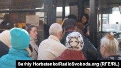 Жители Славянска пытаются попасть в троллейбус