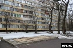 Місце, де раніше стояв пункт прийому «Київміськвторресурсів», 27 березня. До найближчого будинку близько 30 метрів