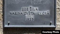 M.Swetaýewanyň Pragada immigrasiýadaka ýaşan jaýyna berkidilen memorial ýazgy. 31-nji awgust, 2012.