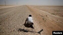 Kurdski vojnik traži mine u selu u blizini Rake, Sirija