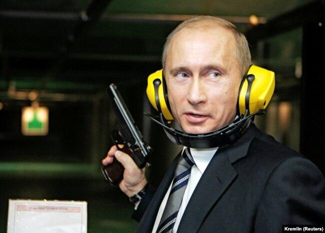 Президент Росії Володимир Путін в новому тирі Головного розвідувального управління Росії, 8 листопада 2006 року