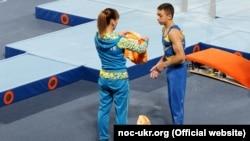 Український гімнаст Назар Чепурний (ліворуч) виборов золоту медаль у командних мультидисциплінарних змаганнях у складі «Команди Сімони Байлз»