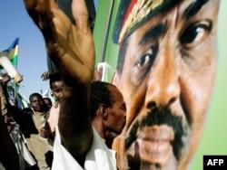 Поклонник президента Судана целует его портрет