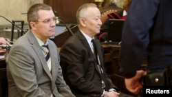 Бывший председатель КНБ Альнур Мусаев и бывший сотрудник КНБ Вадим Кошляк (cлева) в зале окружного уголовного суда в Вене. 14 апреля 2015 года.