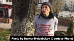 Казахстанский журналист Данияр Молдабеков, вышедший на акцию протеста в связи с поправками в законы, регулирующие деятельность журналистов. Фото со страницы Данияра Молдабекова в Facebook.