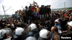 Македония полициясы менен мигранттар кагылышкан учур
