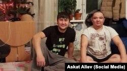 На распространенном представительством МВД Кыргызстана в России фото — предположительно Муратбек Маматалиев и Искендербек Жолборсов.