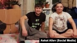 Муратбек Маматалиев и Искендербек Жолборсов. Фото опубликовано представительством МВД КР в РФ.