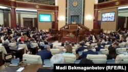 Депутаты в зале заседаний парламента Казахстана.