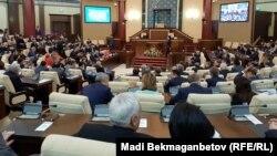 Депутаты казахстанского парламента на заседании.