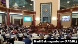 Депутаты казахстанского парламента на заседении.