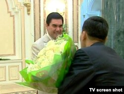 Gurbanguly Berdymukhammedov'i təbrik edirlər