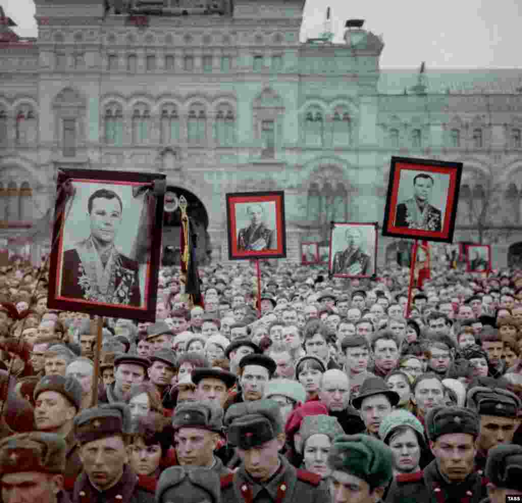 Mourners hold photographs of Gagarin and Seryogin in Red Square on March 30, 1968.