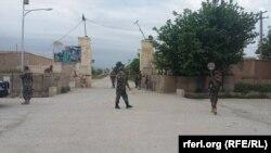 Ushtarët afganë duke ruajtur në hyrje të kompleksit në provincën Balkh pas sulmit të djeshëm