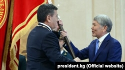 Сооронбай Жээнбеков и Алмазбек Атамбаев. Бишкек, 24 ноября 2017 года.